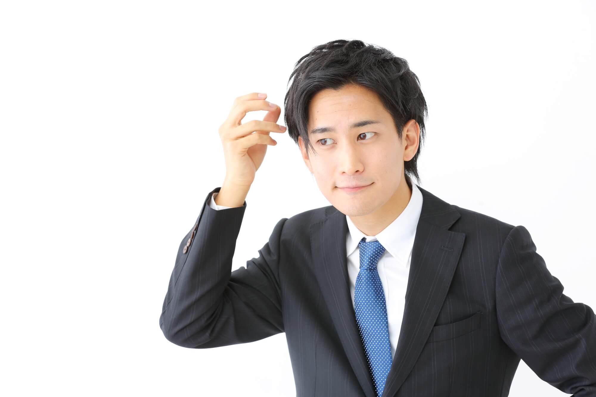 髪型をセットする男性